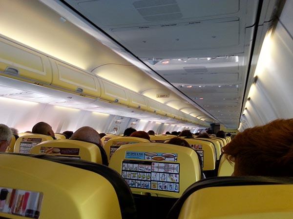 Minimalistisch - die Holzklasse bei Ryanair. Foto: Ingo Paszkowsky