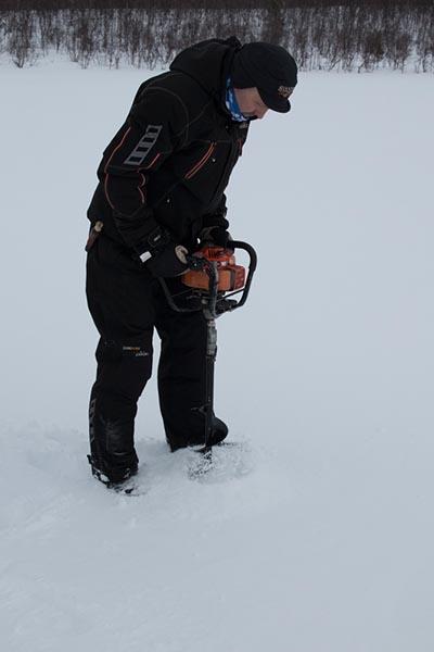 Mit Arctic Charter kann man auch Eisangeln und wenn man will, selbst seine Eislöcher bohren. Foto: Ingo Paszkowsky