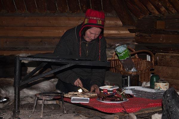 Lotto Svensson vom Batsuoj Samecenter bereitet eine Mahlzeit für die Besuchergruppe zu. Foto: Ingo Paszkowsky