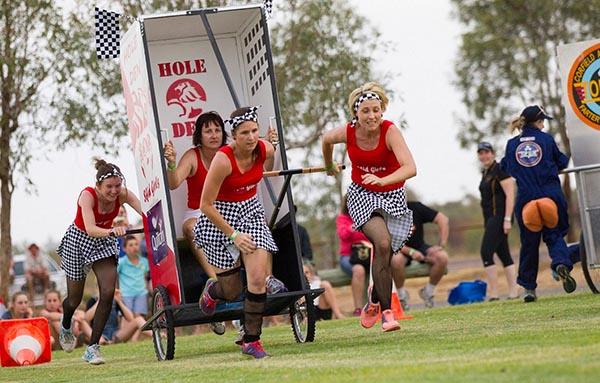 Plumpsklo-Rennen beim Outback Festival. Foto: Barry Alsop Eyes Wide Open Images