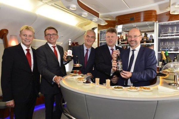 Zum Emirates A380-Start in Düsseldorf gibt es auf der Strecke nach Dubai für eine Woche Altbier in der Bord-Lounge im Oberdeck. Foto: Emirates