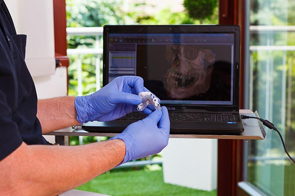 Computergesteuerte Implantation. Foto: CosmoDent / Sir Richard Picture