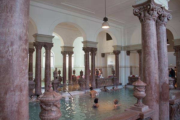 Die Tiefe des artesischen Brunnens im Széchenyi Heilbad liegt bei 960 Metern. 760 Kubikmeter des 73 °C heißen Heilwassers sprudeln stündlich aus dem Brunnen. Foto: Ingo Paszkowsky