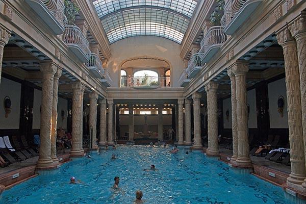 Insgesamt finden sich im Gellért Bad drei Außenbecken und zehn Innenbecken mit Wassertemperaturen zwischen 26 und 38 °C. Foto: Ingo Paszkowsky