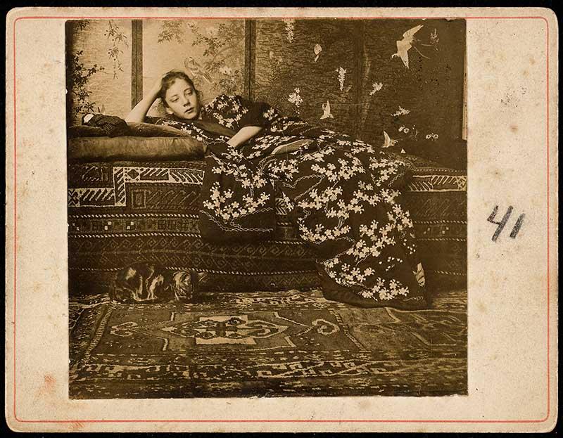 G.H. Breitner, Geesje Kwak in rode kimono, 1893-1895. Daglichtgelatinezilverdruk, originele afdruk. RKD, Nederlands Instituut voor Kunstgeschiedenis, Den Haag