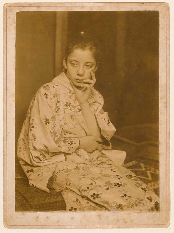 G.H. Breitner, Geesje Kwak in Japanse kimono, 1893-1895. Daglichtgelatinezilverdruk, 16.8 x 12 cm. Universiteitsbibliotheek Leiden