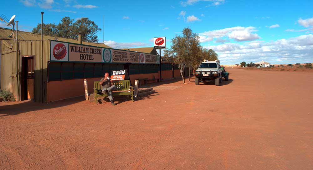 Kaffe schmeckt überall, selbst in Down under, im tiefsten Outback. Kaffepause im William Creek am Oodnadatta Track in Australien. Foto: Ingo Paszkowsky