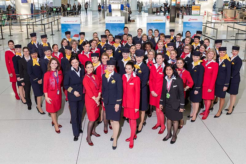 Nach der Ankunft der 63 Frauen haben sich die Crew-Mitglieder von Lufthansa, Swiss, Austrian und Brussels in der Abflugebene des Terminal 1 versammelt. Dort wurde als Andenken an die speziellen Flüge anlässlich des Weltfrauentages ein Gruppenfoto aufgenommen. Foto: Lufthansa / oro-photography