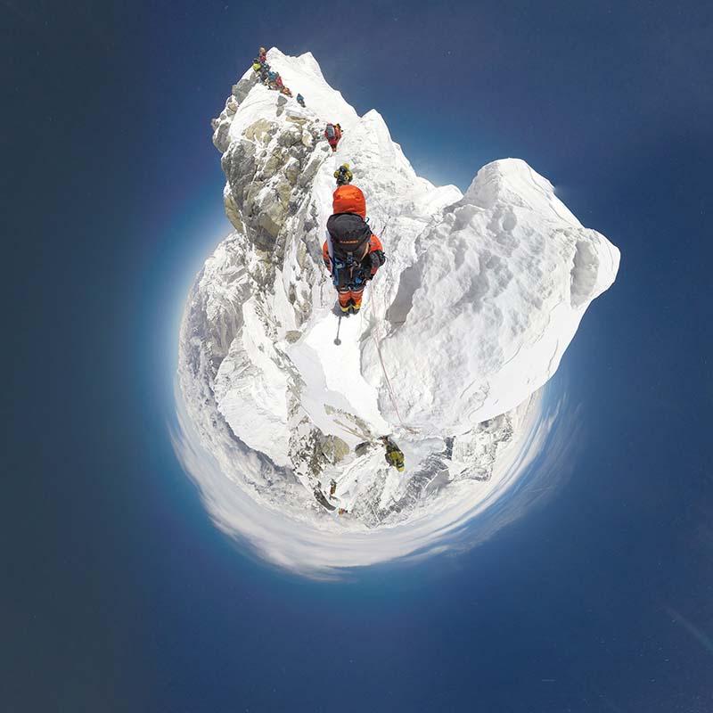 Mit der Besteigung der Everest-Südroute durch die nepalesischen Bergführer Lakpa Sherpa (links), Pemba Rinji Sherpa (Zweiter von rechts) sowie ihrer Kollegen Ang Kaji Sherpa (Zweiter von links) und Kusang Sherpa (rechts) wurde ein neuer Meilenstein des virtuellen Bergsteigens gesetzt: Sie waren mit einer kompletten 360°-Kameraausrüstung ausgestattet und dokumentierten die gesamte Route bis zum Gipfel des Mount Everest für Mammuts #project360. Hier klettert das Team Richtung Gipfel, den sie binnen weniger Minuten erreichten. Die spektakuläre Route kann nun in atemberaubenden 360° Panorama-Bildern auf www.project360.mammut.ch angesehen werden. Ein persönlicher Erfolg für das engagierte Sherpa-Team und ein Höhepunkt für das virtuelle Bergsteigen und #project360 von Mammut. Foto: Mammut