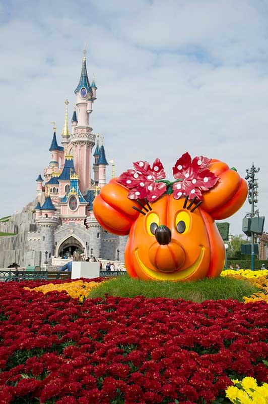 Kürbisse und Heuballen verwandeln Disneyland Paris in eine eindrucksvolle Herbstlandschaft. Bild: DLP / OKIO / Vincent Begon