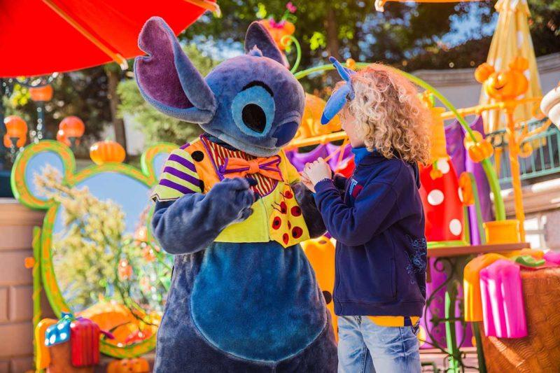 Stitch posiert in der Halloween Costume Corner. Bild: DLP