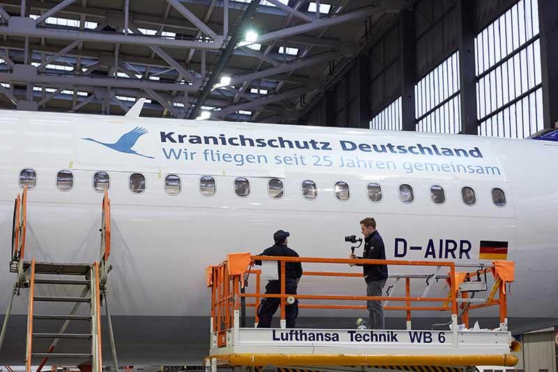 LH 25 Jahren Kranischutz. Bei der Lufthansa Technik wird eine A321 beklebt. Frankfurt, den 27.10.2016. Foto: Lufthansa / gregor Schlaeger