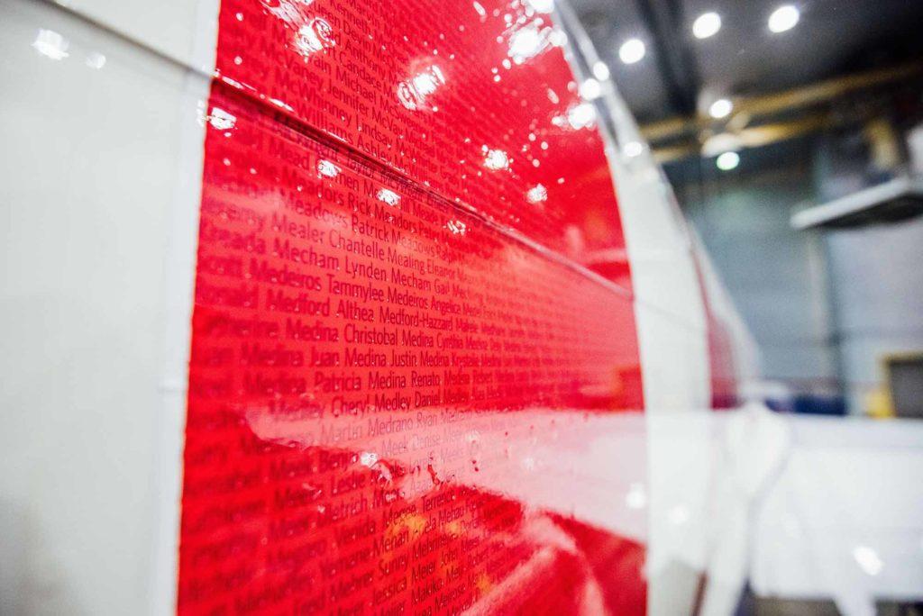 Eine Flugzeuglackierung mit allen 90.000 Mitarbeiter-Namen innerhalb des Schriftzugs THANK YOU. Die Fluggesellschaft zahlte Anfang 2020 mehr als eine Milliarde US-Dollar Gewinnbeteiligung an ihre Angestellten aus, was einer Auszahlung von 16,7 Prozent an die Mitarbeiter entspricht. / Foto: Delta Air Lines / John Paul Van Wert for Rank Studios