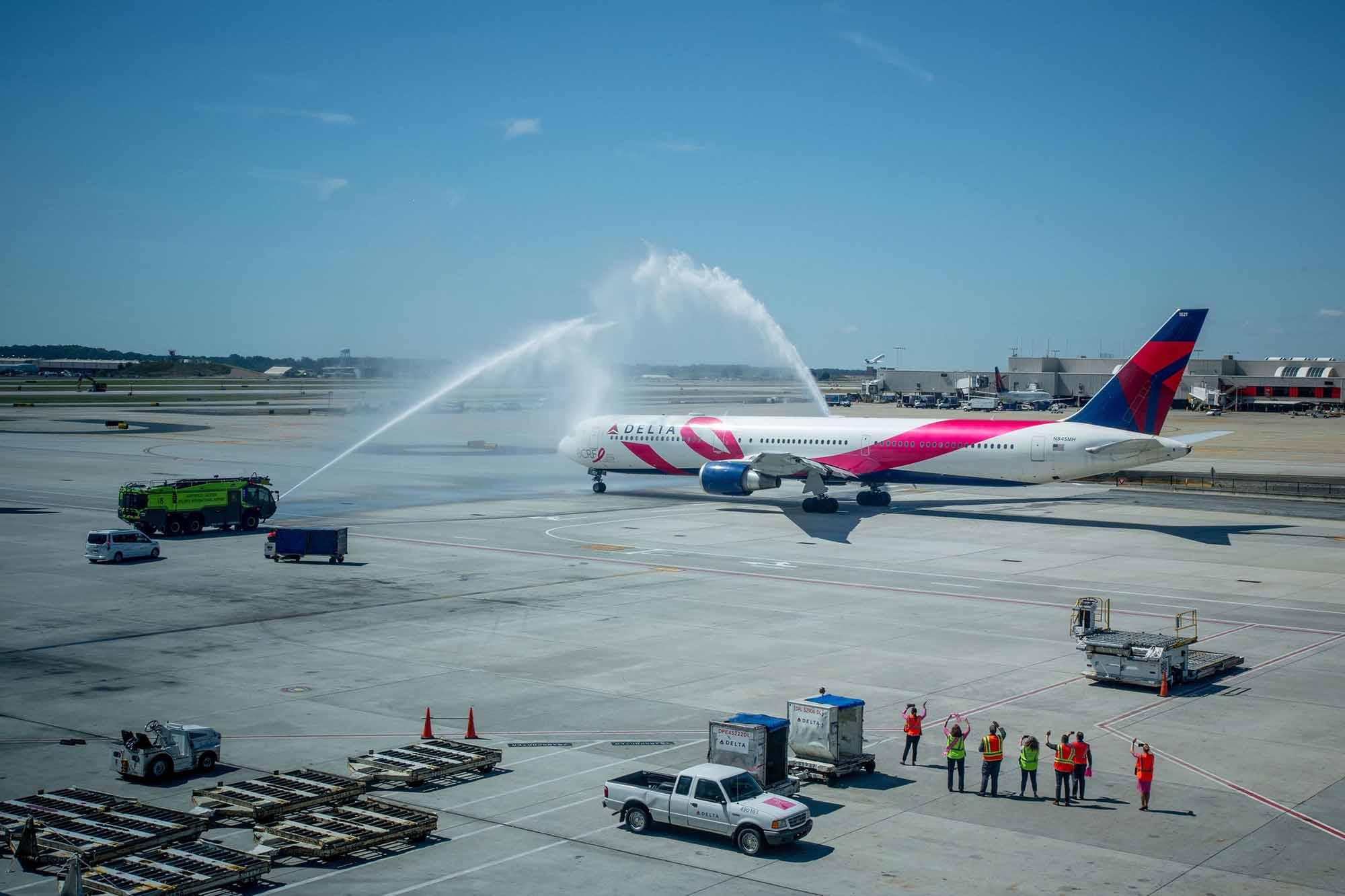 Bereits seit 2005 arbeitet Delta mit der Breast Cancer Research Foundation (BCRF) zusammen. In Kooperation mit der gemeinnützigen Organisation, die sich der Forschung zur Bekämpfung von Brustkrebs verschrieben hat, führte die Fluggesellschaft im Oktober den 15. 'Breast Cancer One' Flug für Mitarbeiter, die Brustkrebs überlebt haben, durch. Dieses Jahr verband die Airline Atlanta und San Diego im Rahmen der Aktion und sammelte insgesamt mehr als 25.000 USD Spendengelder. Dabei setzte Delta erneut das legendäre 'Pink Plane', eine Boeing 767-400ER, die rosa Elemente sowie einen BCRF-Schriftzug trägt, ein. / Foto: Delta Air Lines / © Chris Rank, Rank Studios 2019