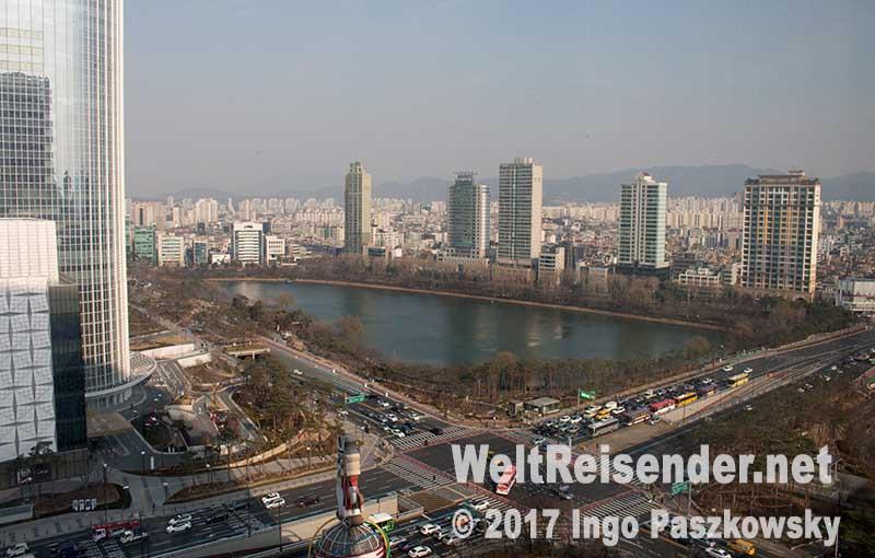 Blick auf Seoul aus dem Hotelzimmer im Lotte World Hotel. Links im Bild der Lotte World Tower. Foto: Ingo Paszkowsky
