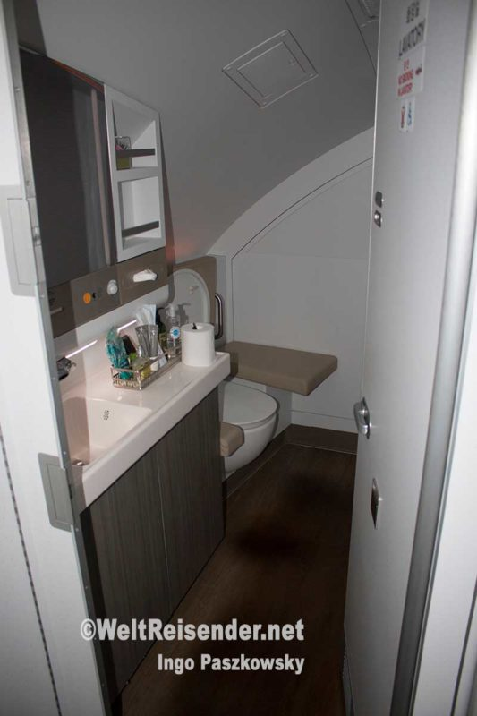 Toilette in der Business Class A380 Asiana Airlines - mehr Platz als in der Economy Class. Foto: Ingo Paszkowsky