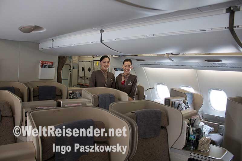 Asiana Airlines A380 Business Class: Kurz vor dem Boarding. Auf dieses Lächeln müssen die Passagiere während des gesamten Fluges nicht verzichten. Foto: Ingo Paszkowsky