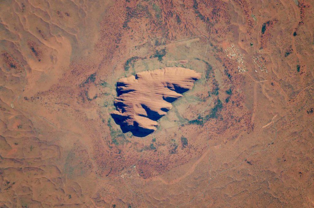 Der angeblich größte Monolith der Welt: Uluru oder Ayers Rock. Das Astronautenfoto ISS049-E-10638 wurde am 23. September 2016 mit einer Nikon D4-Digitalkamera unter Verwendung eines 1600-Millimeter-Objektivs aufgenommen und wird von der ISS Crew Earth Observations Facility und der Einheit für Geowissenschaften und Fernerkundung, Johnson Space Center, zur Verfügung gestellt / Foto: NASA