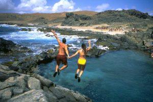 Für willkommene Erfrischung sorgt ein Sprung in den Conchi, den natürlichen Pool, der wie ein von der Natur geschaffener Infinity Pool über den Ozean ragt. Foto: Aruba Tourism Authority / Fernando Arroniz