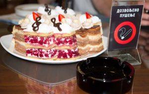 Rauchen verboten oder gestattet? Ein kleiner Auszug der Kuchenauswahl im Café Moskau in Belgrad. Foto: Ingo Paszkowsky