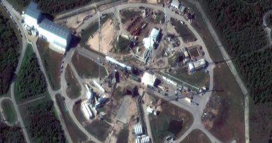Die Falcon 9 Rakete am 12. Dezember 2017 in Cape Canaveral noch in Liegeposition. Satellite image ©2017 DigitalGlobe