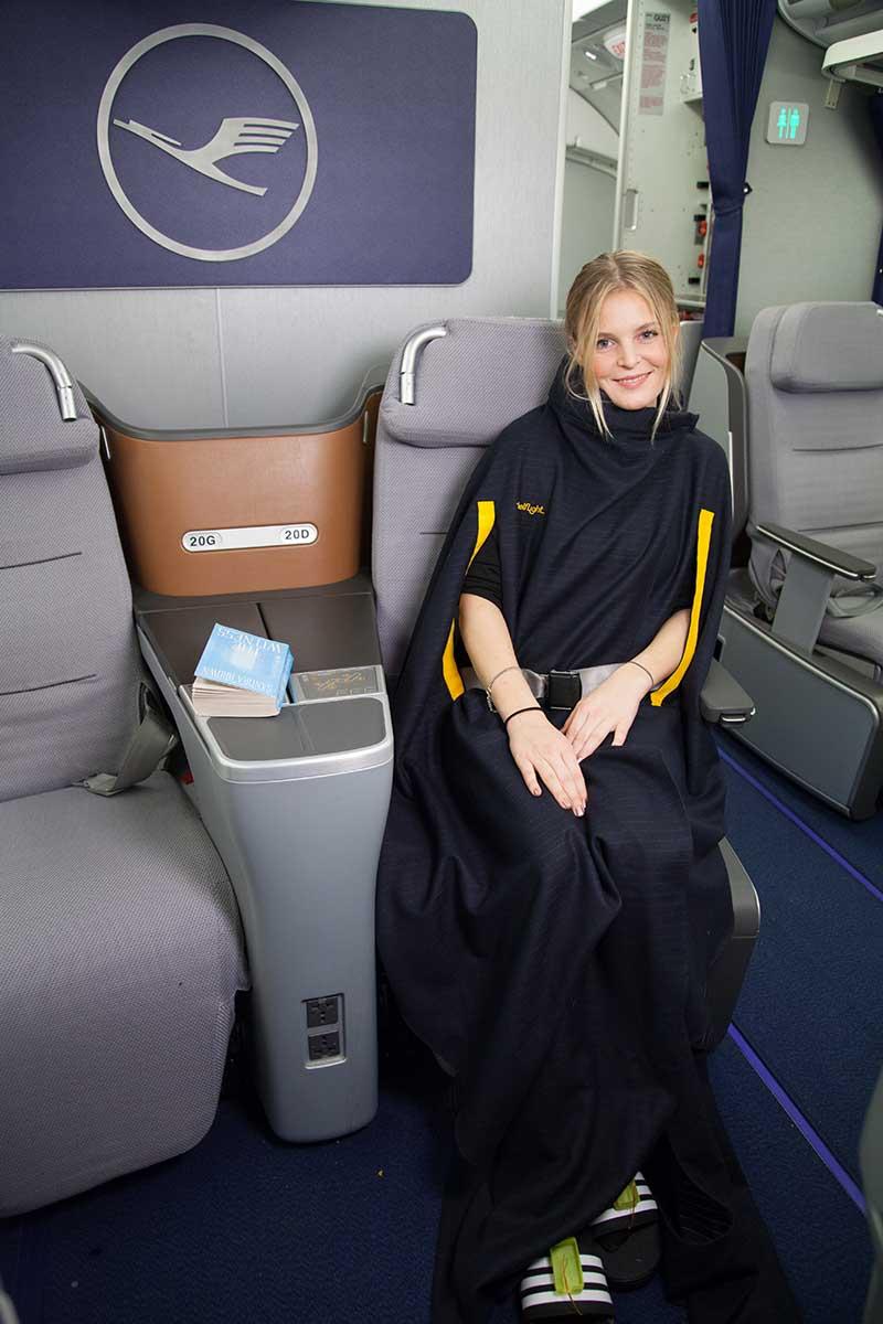 Für mehr Reisekomfort kann eine Decke mit integriertem Nackenkissen wie ein Cape umgelegt und an das individuelle Wärme-Empfinden des Passagiers angepasst werden. ©Telekom Fashion Fusion, 2017/18