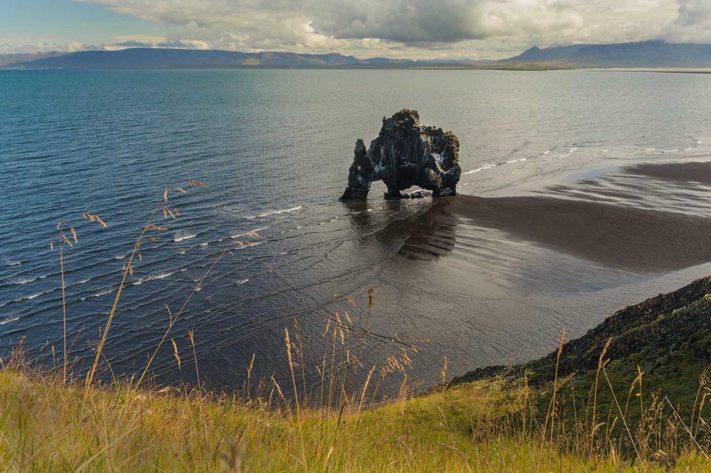 Beim Basaltfelsen Hvítserkur soll es sich um einen versteinerten Troll handeln. Foto: Erlingsson Naturreisen / Roland Schweizer