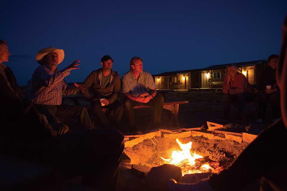 Abends am Lagefeuer werden Erinnerungen ausgetauscht. Foto: Mark Lipczynski