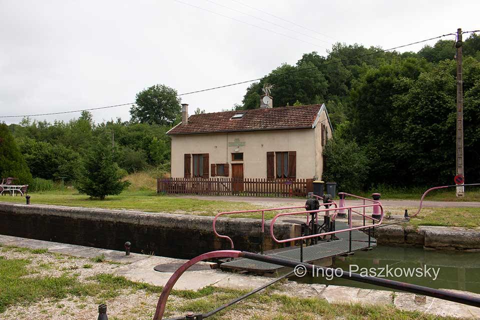 Eines der vielen Schleusenwärterhäuschen in Burgund, die heute aber nicht mehr von der Wärtern bewohnt werden.