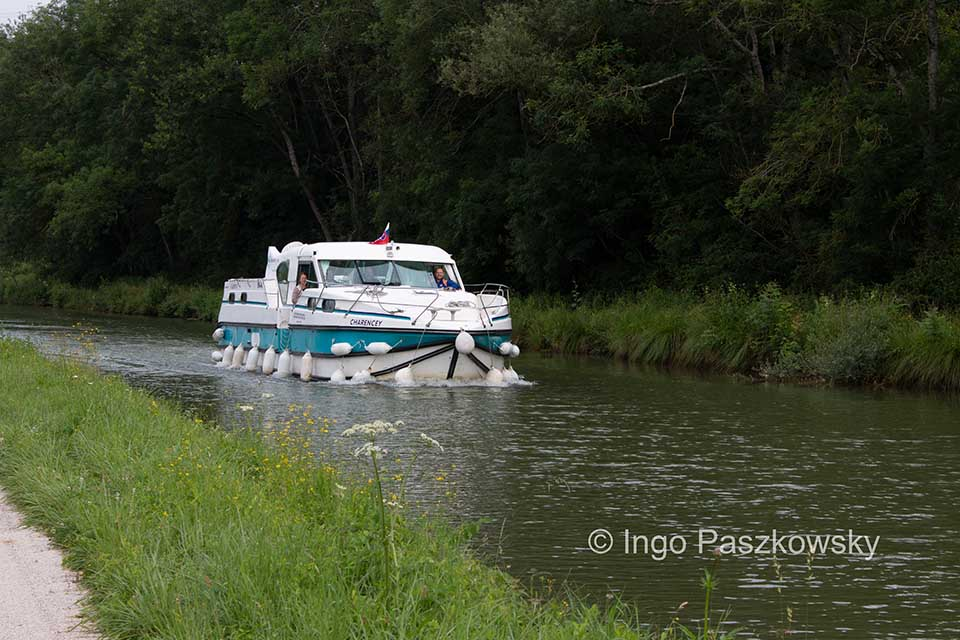 Die Hausboot-Besatzung freut sich über die Wanderer.
