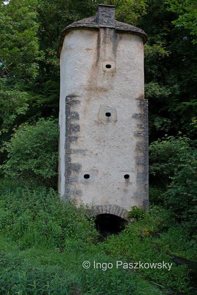 Tauben-/Kommunikations-/Beobachtungsturm. War Hochwasser im Anmarsch, wurden Tauben zur Warnung der Landwirtschaft treibenden Mönche losgeschickt.
