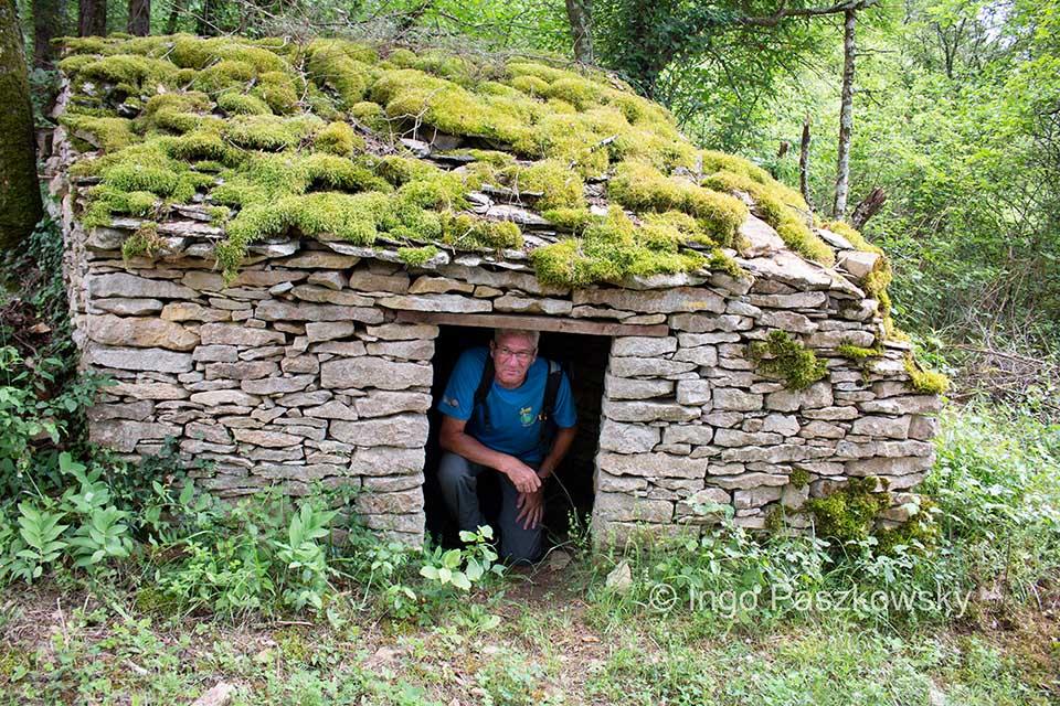 Eine Hütte im Wald. Nichts für große Menschen. Früher war das alles Weingebiet und da diente dieser Bau als Unterschlupf bei schlechtem Wetter für die Bauern.