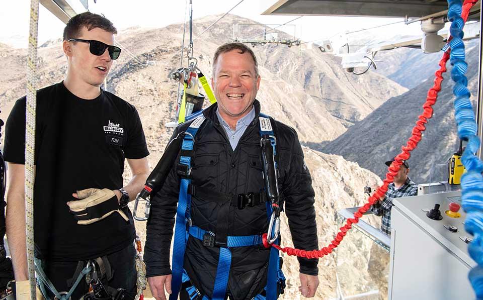 Der Boss springt natürlich selbst. Geschäftsführer Henry van Asch (rechts) auf der Anlage am Eröffnungstag. Credit: James Morgan Photography