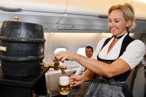 Frisch gezapftes Bier an Bord der Business Class einiger Luftansa-Flüge. Foto: Lufthansa / Alex Tino Friedel