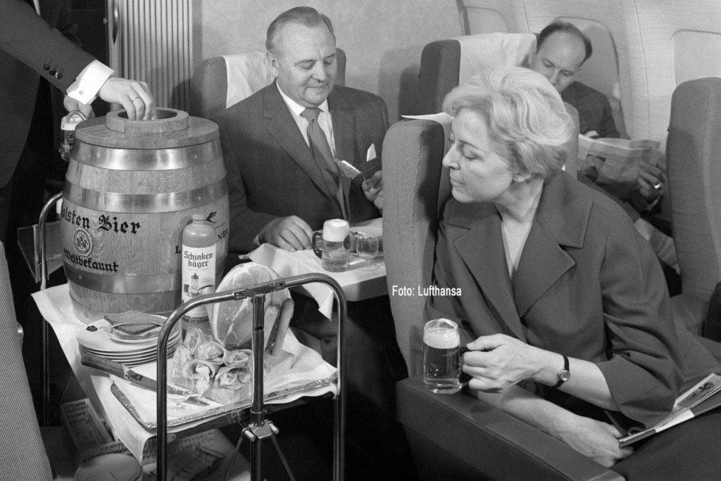 Frisches Bier gab es auch schon früher an Bord ausgewählter Lufthansa-Maschinen. Dazu noch Schinken und Schinkenhäger. Foto: Lufthansa