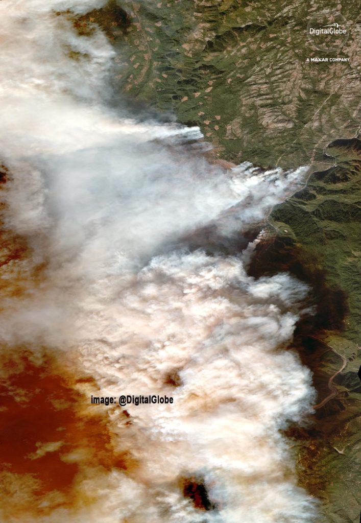 Inferno in Paradise in Kalifornien. Der Rauch verdunkelt einen Großteil der Gegend um Paradise und die umliegenden Gemeinden. Satellite image ©2018 DigitalGlobe, a Maxar company.