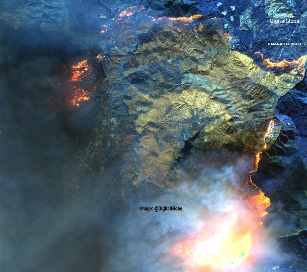 USA, Kalifornien, Gegend um Paradise. Kurzwellen-Infrarotbilder (SWIR). SWIR-Bilder können den durch das Feuer verursachten Rauch durchdringen und die Brandlinien und verbrannten Bereiche eindeutig identifizieren. Satellite image ©2018 DigitalGlobe, a Maxar company