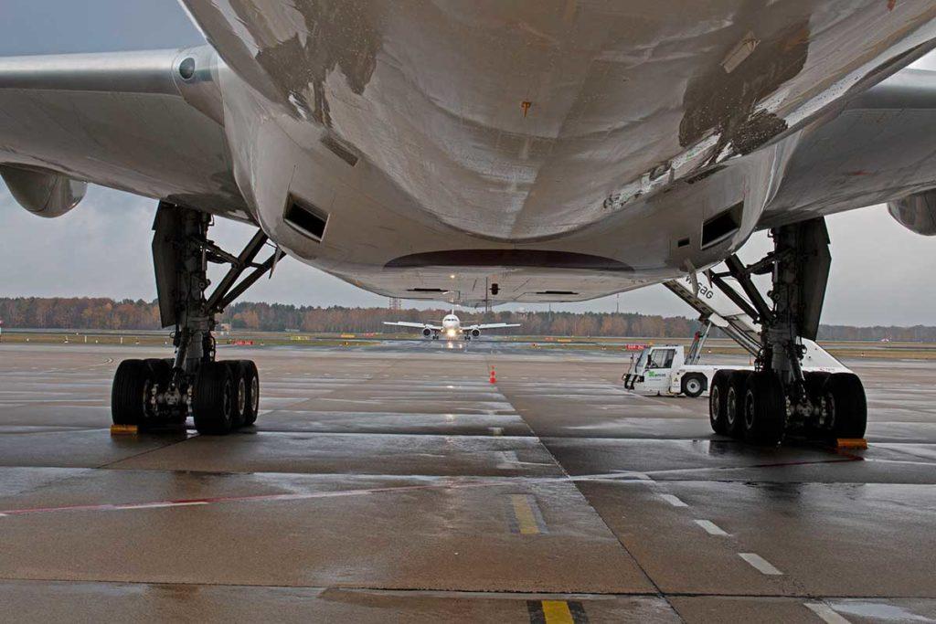 Damlas war es. Flughafen Tegel: Unter dem Rumpf der B777-300ER von Qatar Airways. Im Hintergrund wartet eine Maschine auf die Starterlaubnis. Foto: Ingo Paszkowsky