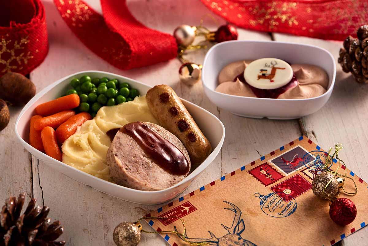 Für die Passagiere der Economy Class bereiten die Emirates-Köche einen Truthahnbraten mit Kartoffelpüree, gebratene Wiener Würstchen, Erbsen, Babykarotten und Preiselbeer Jus Lie zu. Foto: Emirates