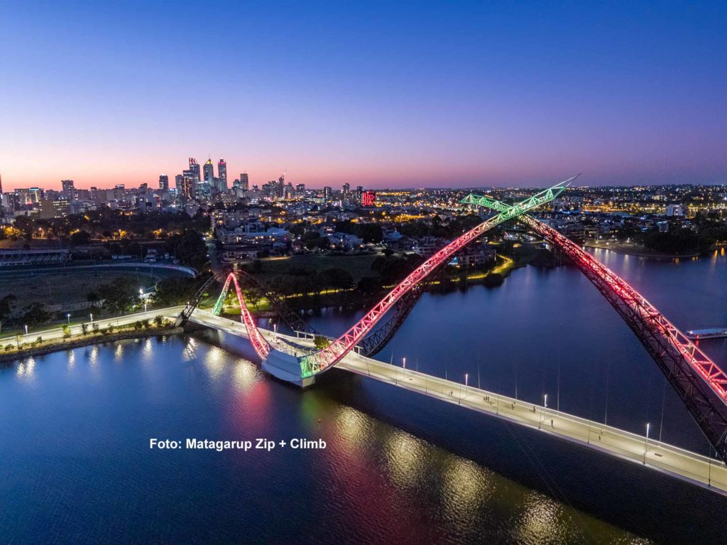 Ein adrenalingeladenes, 90-minütiges Kletterabenteuer bis hoch auf den Hauptbogen der Fußgängerbrücke Matagarup Bridge in Perth können Besucher mit Matagarup Zip + Climb erleben. / Foto: Matagarup Zip + Climb