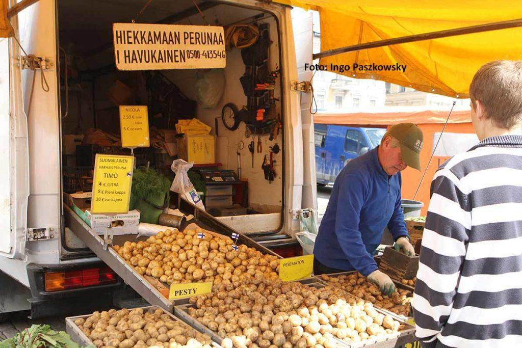 Kartoffeln Made in Finland. Die Finnen lieben ihre Kartoffel so sehr, dass sie die erste Kartoffelernte im Jahr mit einem Fest begrüßen - und die Kartoffeln mit einem Fähnchen versehen. Foto: Ingo Paszkowsky