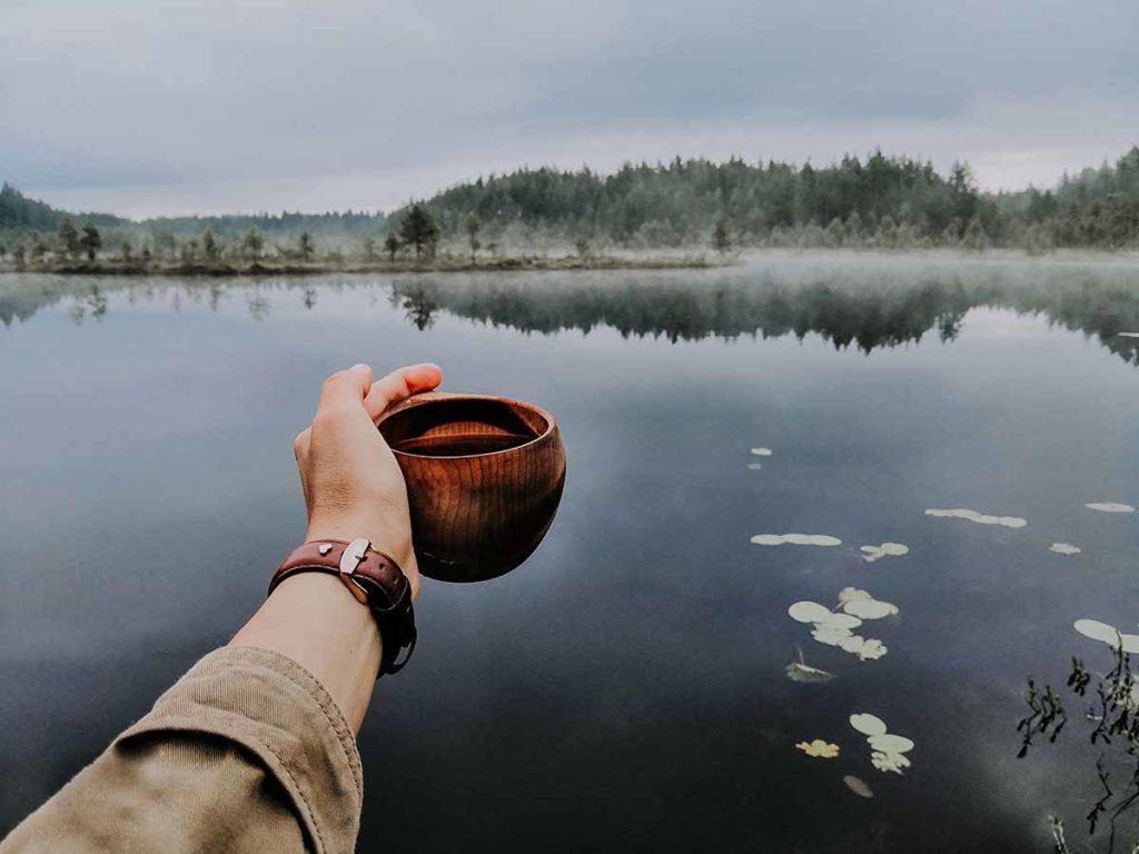 Viele finnische Seen haben so ein reines Wasser, dass man es direkt aus dem See trinken kann. Foto: Julia Kivela / Visit Finland