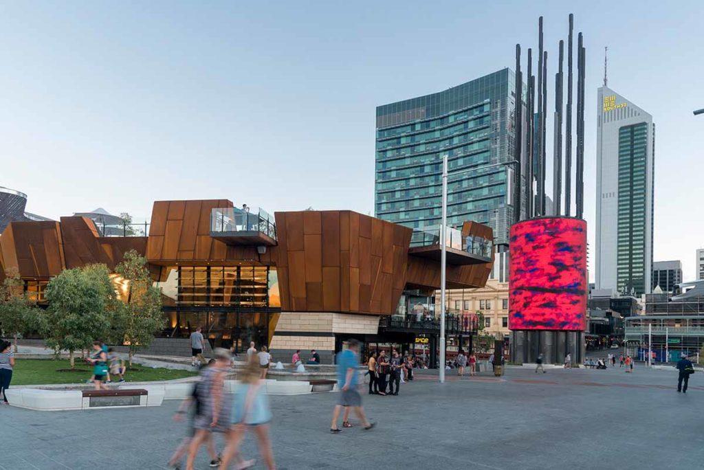 Herzstück des 13,5 Hektar großen Areals ist der Yagan Square, ein öffentlicher Platz mit Markthalle, Gärten, einem Wasserspiel, öffentlichen Kunstwerken, diversen Lokalen, sowie einem 45 Meter hohen digitalen Turm, auf dem Kunst-, Licht- und Videoprojektionen gespielt werden. Foto: Tourism Western Australia