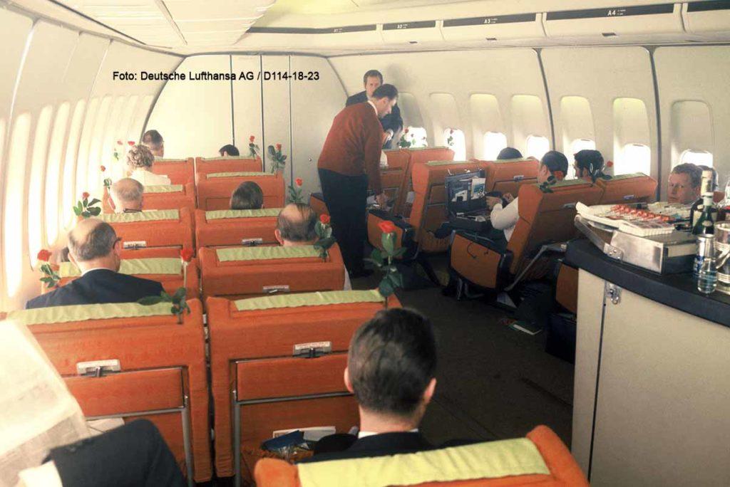 So sah es damals aus. Service in einer Boeing 747-100 First Class Kabine der Lufthansa (um 1975). Foto: Deutsche Lufthansa AG / D114-18-23