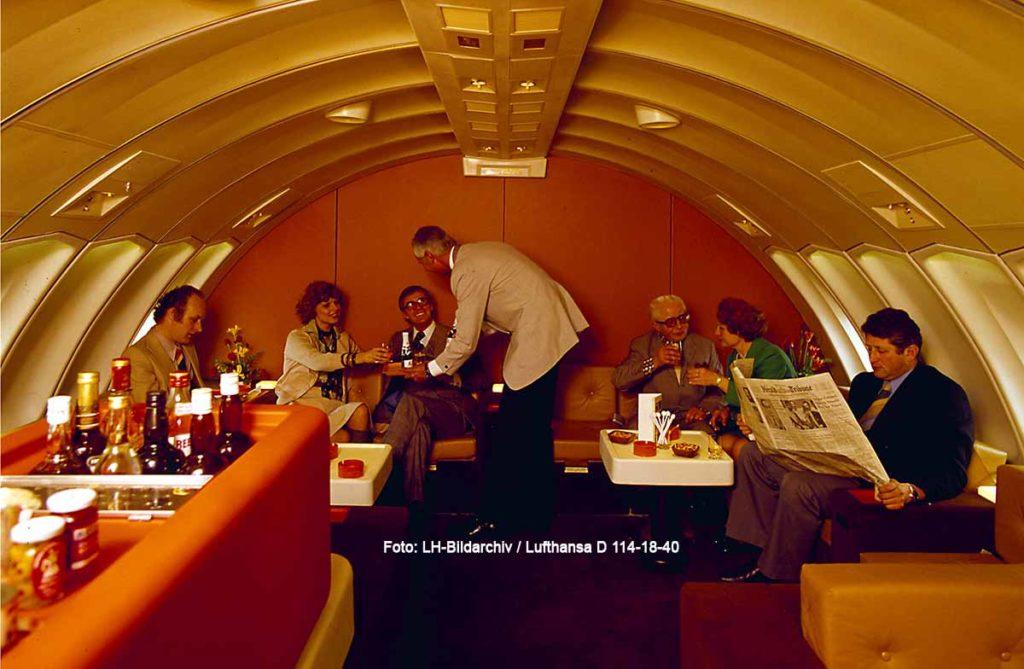 Lounge im Oberdeck einer Boeing 747-130 der Lufthansa (um 1975) Foto: LH-Bildarchiv / Lufthansa D 114-18-40