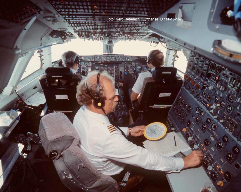 Lufthansa Boeing 747-200 Cockpit mit Flugingenieur (im Vordergrund) Foto: Gerd Rebenich / Lufthansa D 114-16-167
