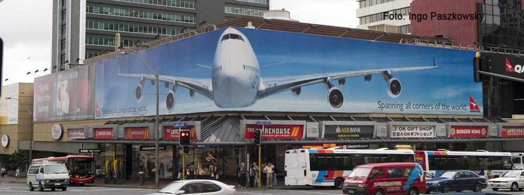 Großflächige Werbung für Quantas in Auckland, Neuseeland. Dieses Foto ist mehr als 15 Jahre alt, als es in Deutschland kaum großflächige Werbung gab. Foto: Ingo Paszkowsky