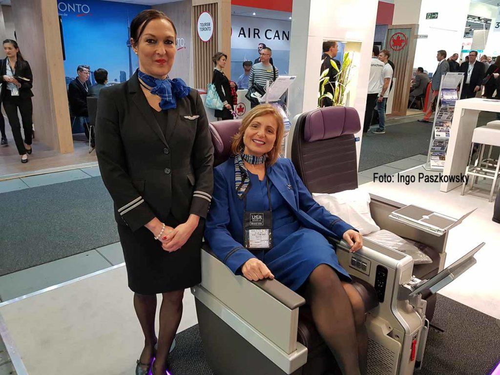 Flugbegleiterinnen Renate und Michaela (von links) präsentieren auf der ITB 2019 in Berlin die neue KLasse United Premium Plus. Foto: Ingo Paszkowsky