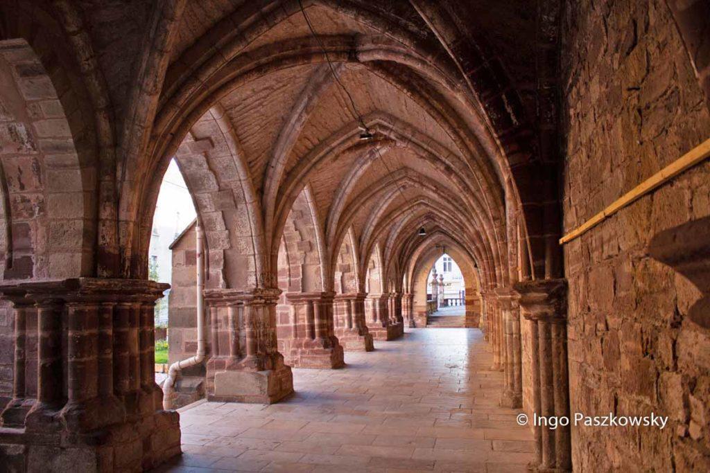 Der Kreuzgang der Abtei Luxeuil oder Abbaye Saint Colomban aus dem 15. Jahrhundert.