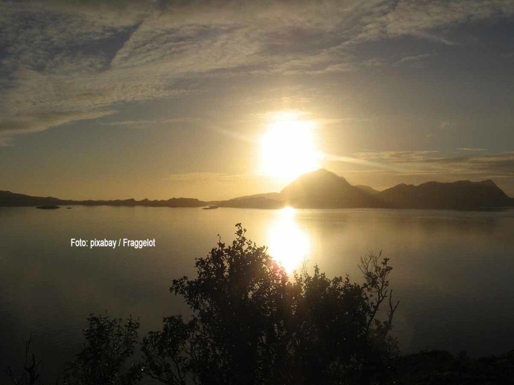 Nördlich des nördlichen Polarkreises und südlich des südlichen Polarkreises geht an wenigen Tagen im Jahr die Sonne nicht unter. Sie bleibt den ganzen Tag am Horizont sichtbar